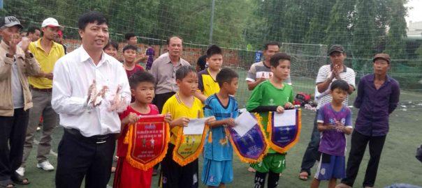 Hình ảnh trao giải thưởng cho các đội nhất, nhì, ba bóng đá học sinh Tiểu học