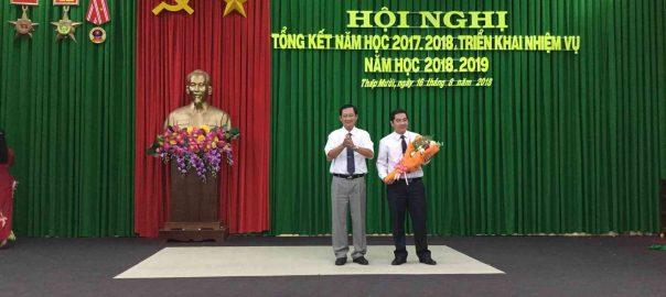 Ông Đinh Minh Dũng, Phó Bí thư huyện ủy, Chủ tịch Ủy ban nhân dân huyện tặng hoa chúc mừng Ngành giáo dục huyện nhà đạt thành tích xuất sắc  trong năm học 2017 – 2018
