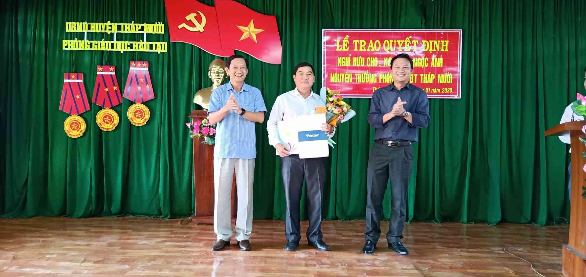 UBND Huyện trao Quyết định và tặng hoa